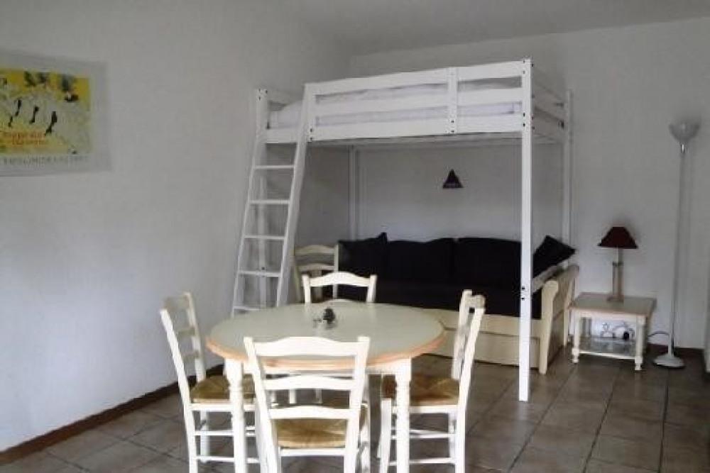 La salle à manger et les deux lits du salon