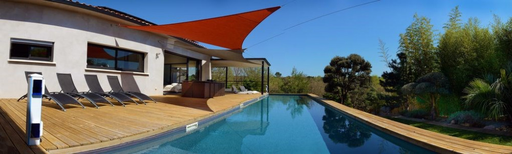 Maison d'architecte avec piscine chauffée face à la nature