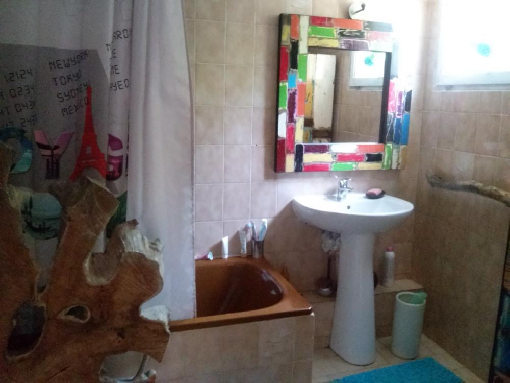 Salle de bain avec machine à laver le linge lavante et séchante