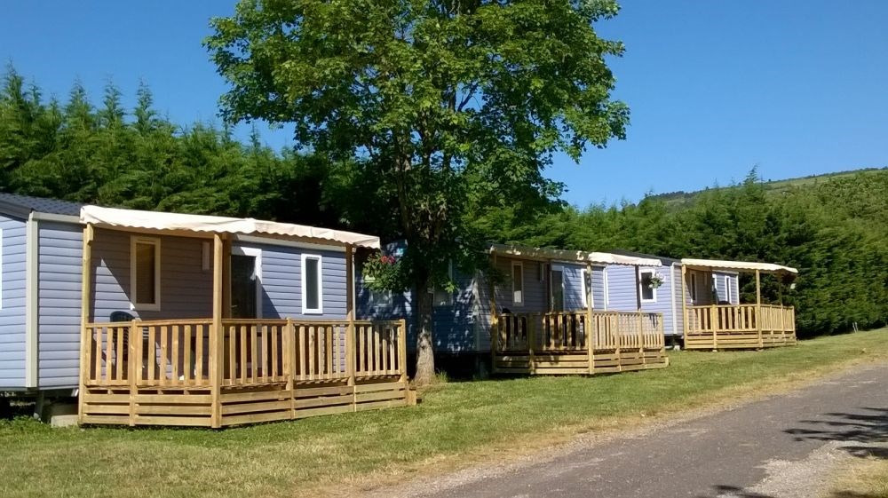 Entouré de vignes et à proximité d'une rivière, ce camping est idéal pour des vacances vertes, propices à la détente ...