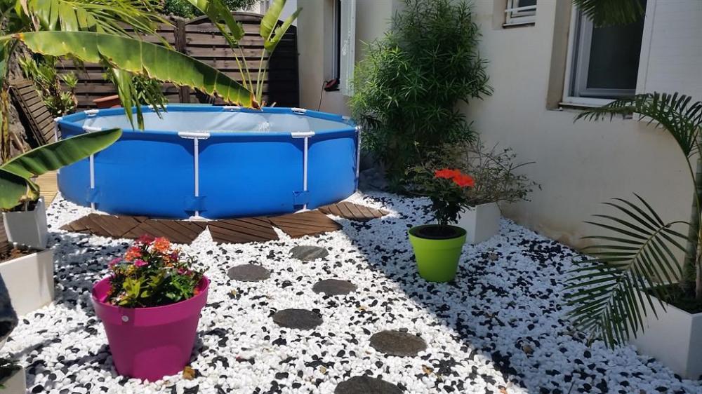 Le jardin avec une piscine hors sol