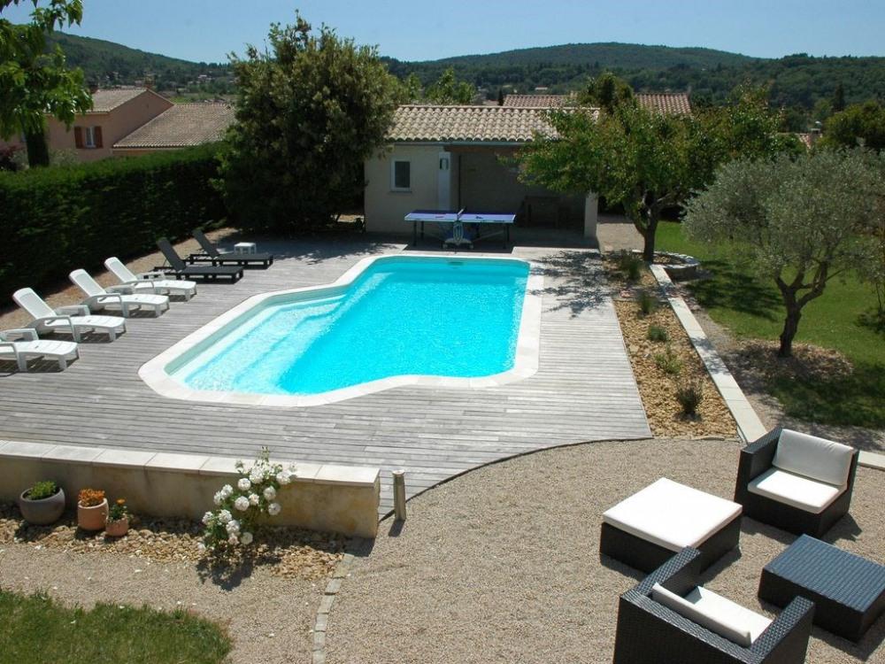 Vue plongeante sur la piscine (prise depuis le côté est)