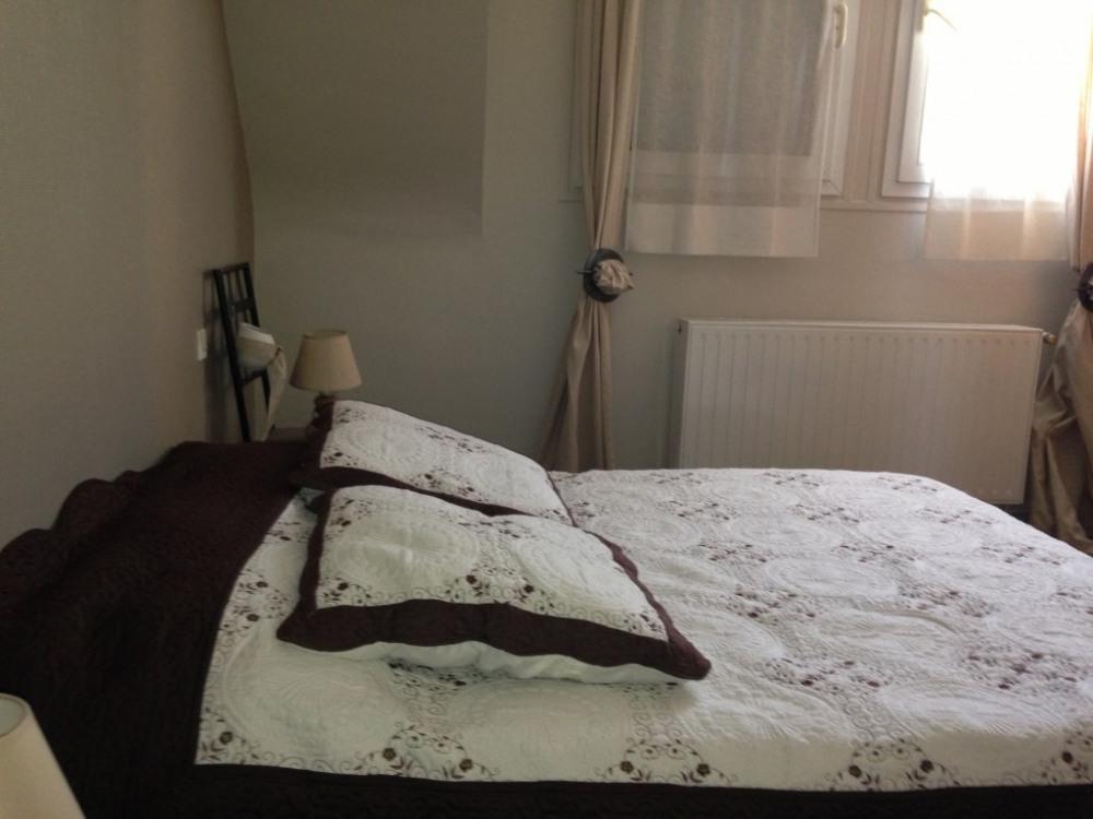 Chambre beige au 1er, côté rue, (place pour lit enfant)