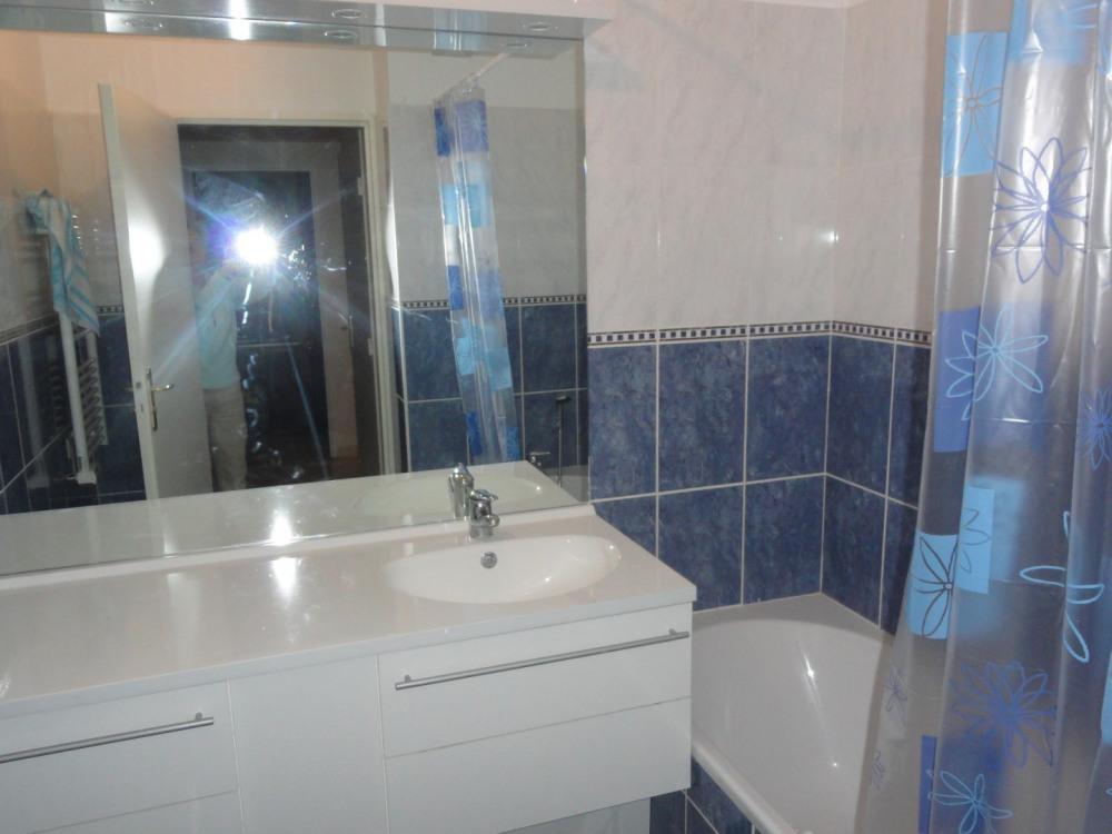 salle de bains, celle de la suite parentale comporte deux lavabos.