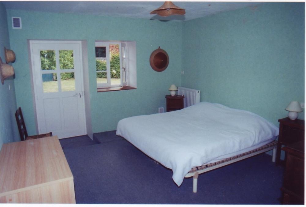 une chambre avec un lit double en160