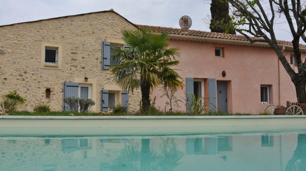 Gîte FIGUIER-NYONS, au milieu des vignes et des oliviers avec piscine