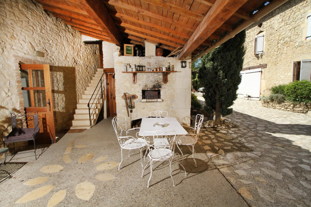 Une des terrasses extérieures, c'est l'entrée des 4 chambres, le coin où général