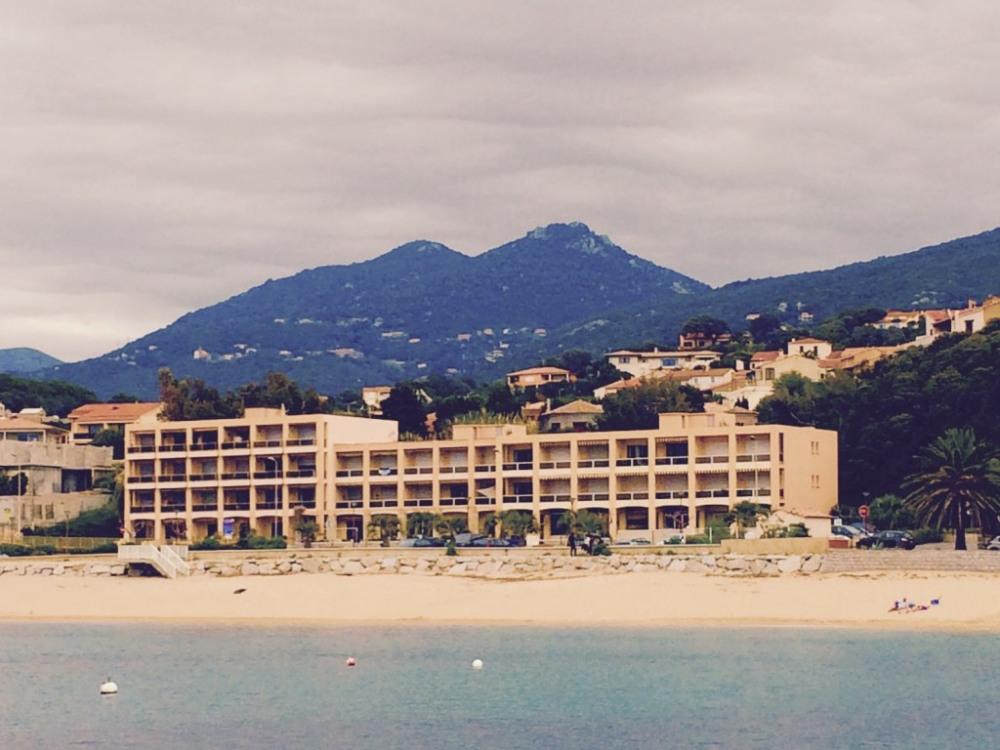 la plage et l'immeuble