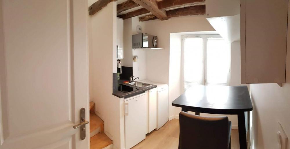 Petit duplex pour 1 personne, au 1er étage, espace cuisinette et table