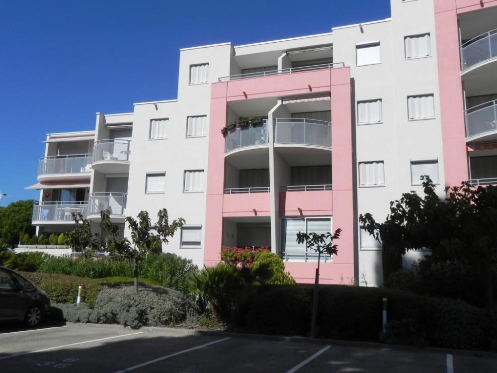 immeuble côté balcon et parking