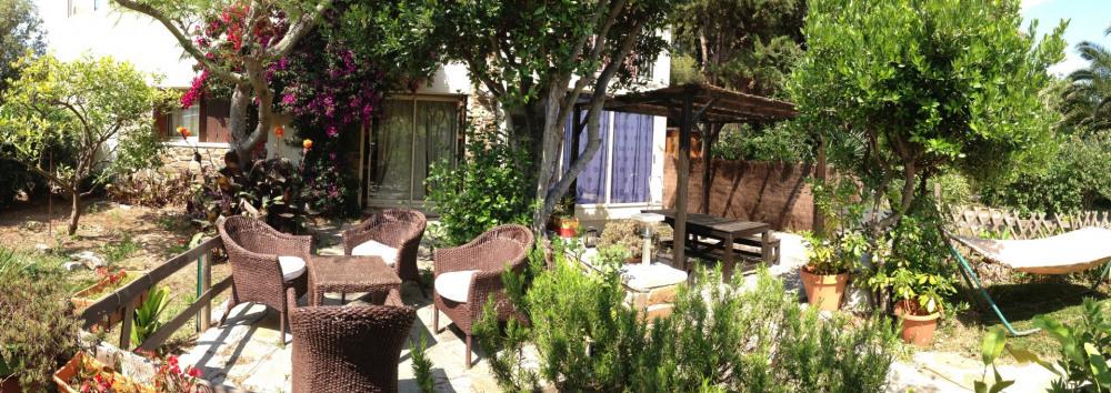 les 2 terrasses, les 2 coins repas et jardins de l'appartement...