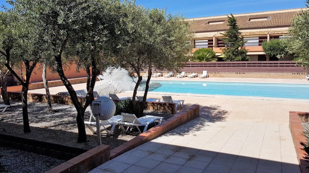CALME ET TRANQUILLITÉ assurés pour ce bien style loft, sur le golf international de St Cyprien. Au cœur d'un parc
