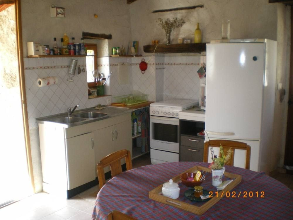 Cuisine, angle avec évier, gazinière et réfrigérateur