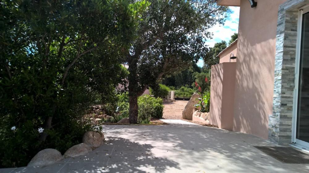 Vue du portail d 'entrée  de la terrasse