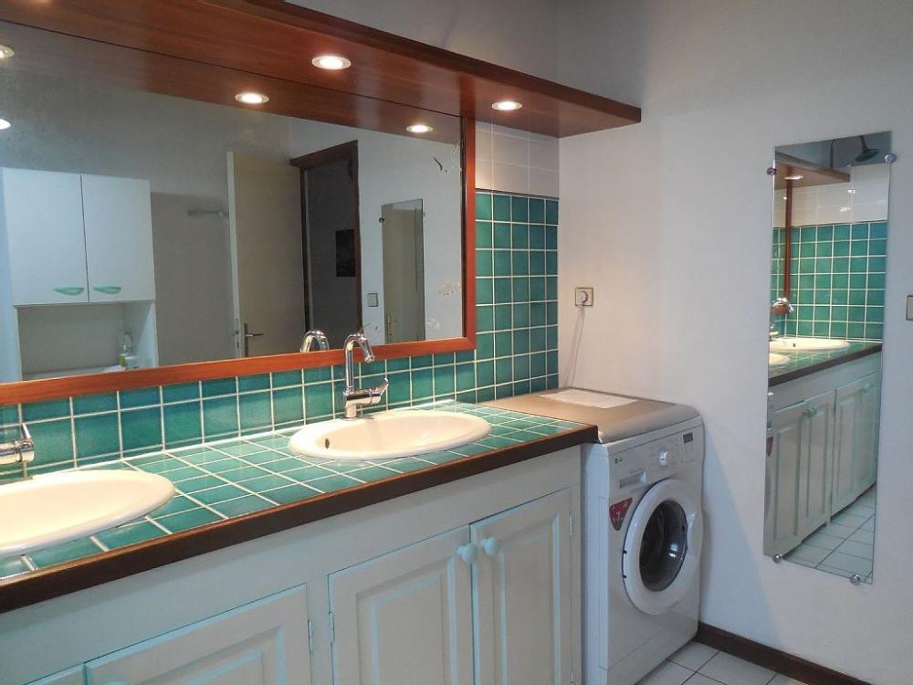 Salle de bain R .de chaussée : L.Linge (7 kg , neuf )