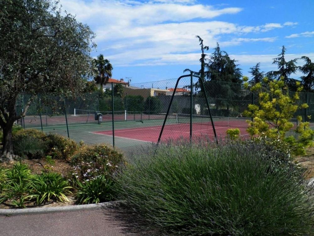 Un des 2 courts de tennis