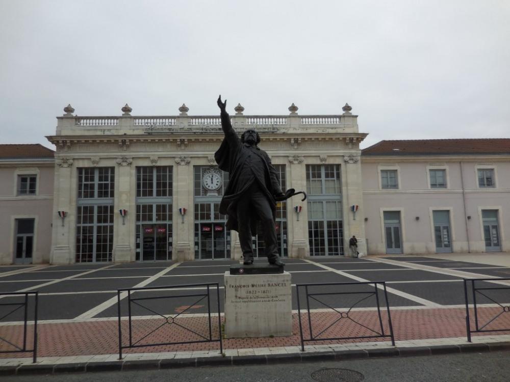 Gare Sncf et gare  routière à 300 mètres de l'appartement