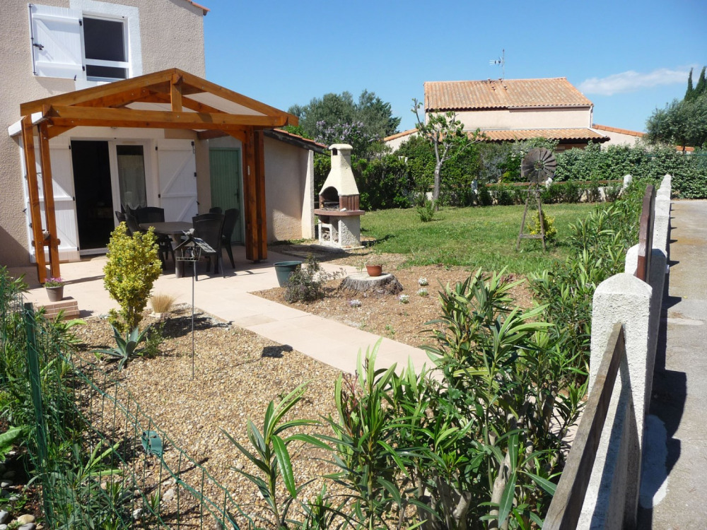 Entrée et terrasse,barbecue et jardin