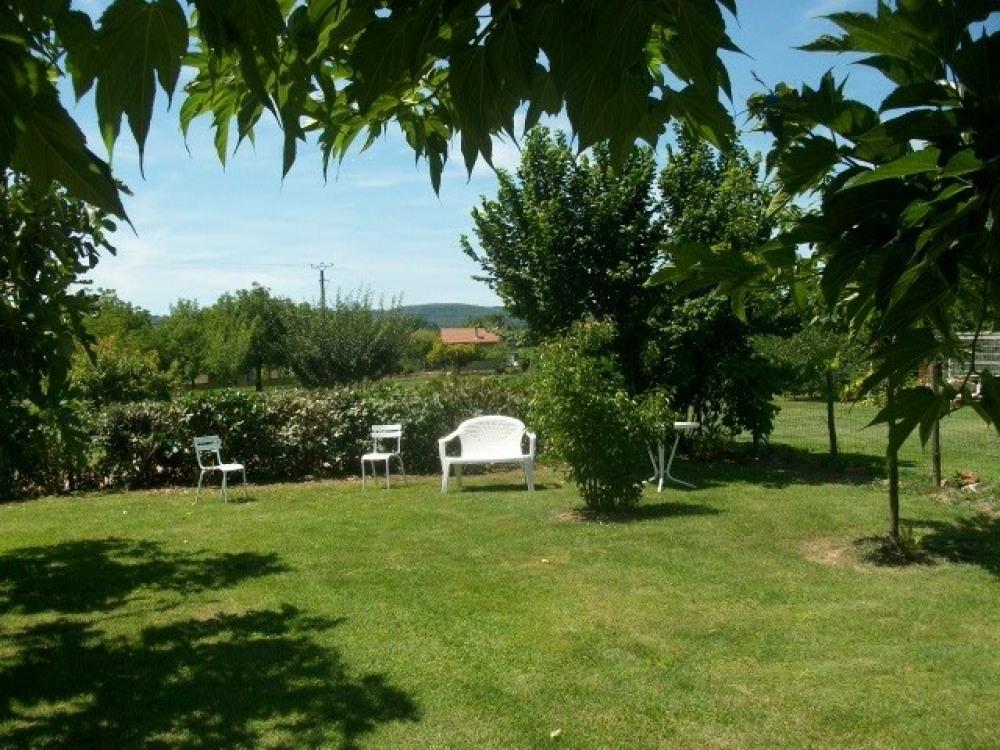 Jardin clos avec vue sur le parc régional des causses du Quercy et la prairie