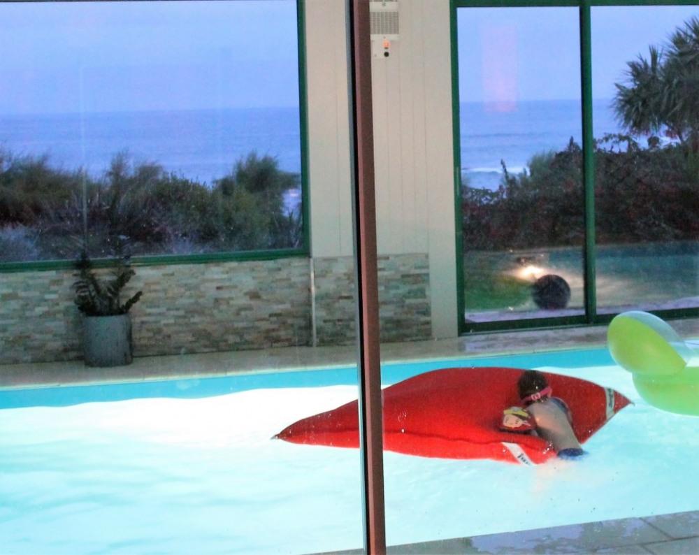 piscine intérieure de nuit