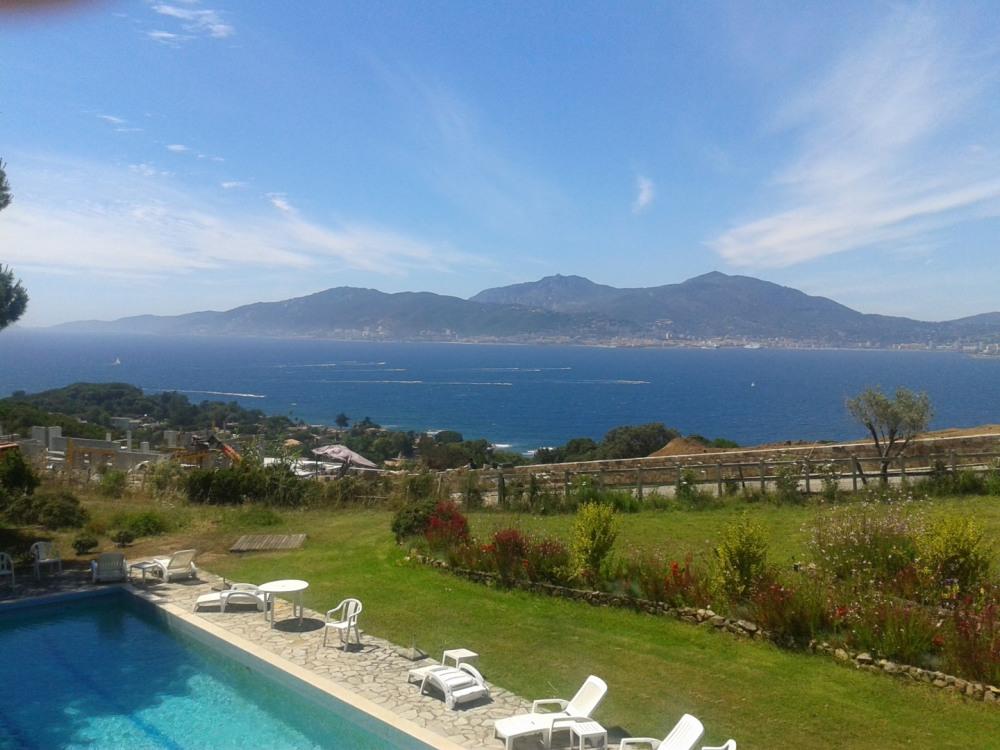 la vue sur le golfe d'Ajaccio et sur la piscine