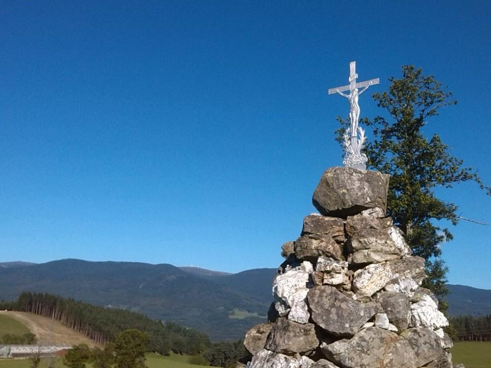 une des nombreuses croix au carrefour de chemins avec les Monts du Forez en a...