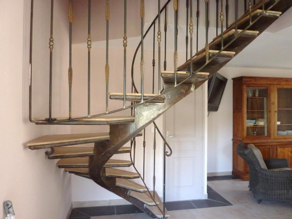 escalier décoratif en fer forgé pour accéder aux chambres