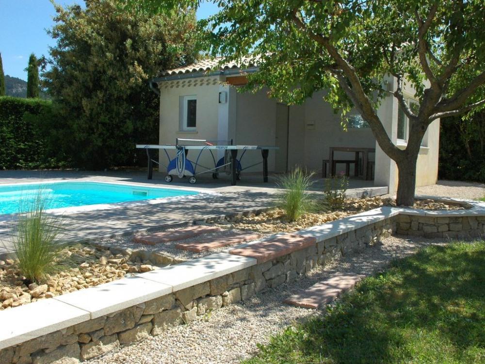 Pool-house ombragé - espace jeux