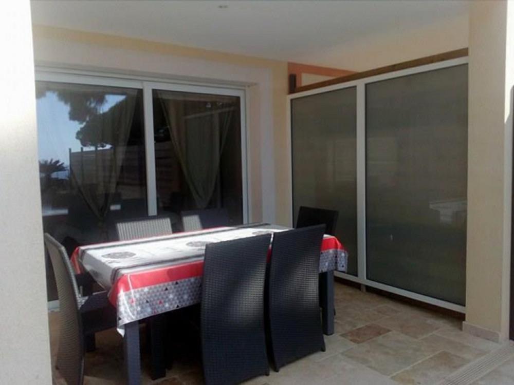 table extérieure sur terrasse couverte