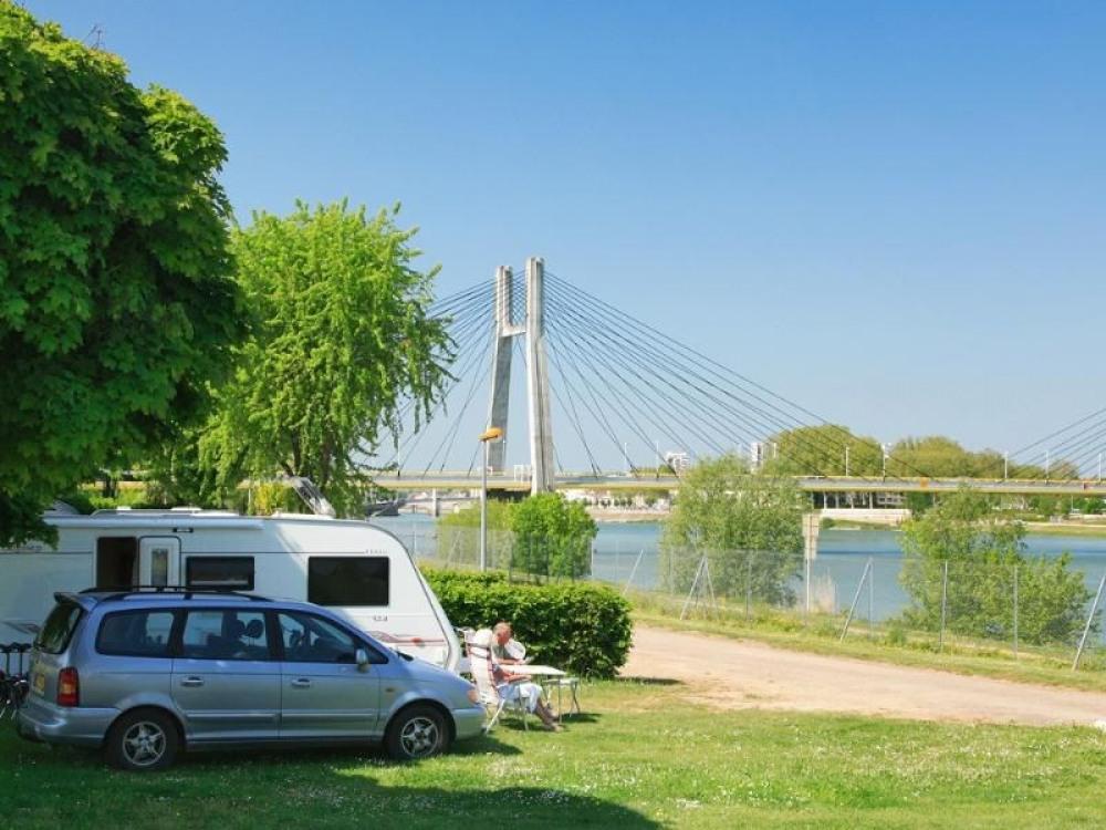 Camping du Pont de Bourgogne, 100 emplacements, 9 locatifs