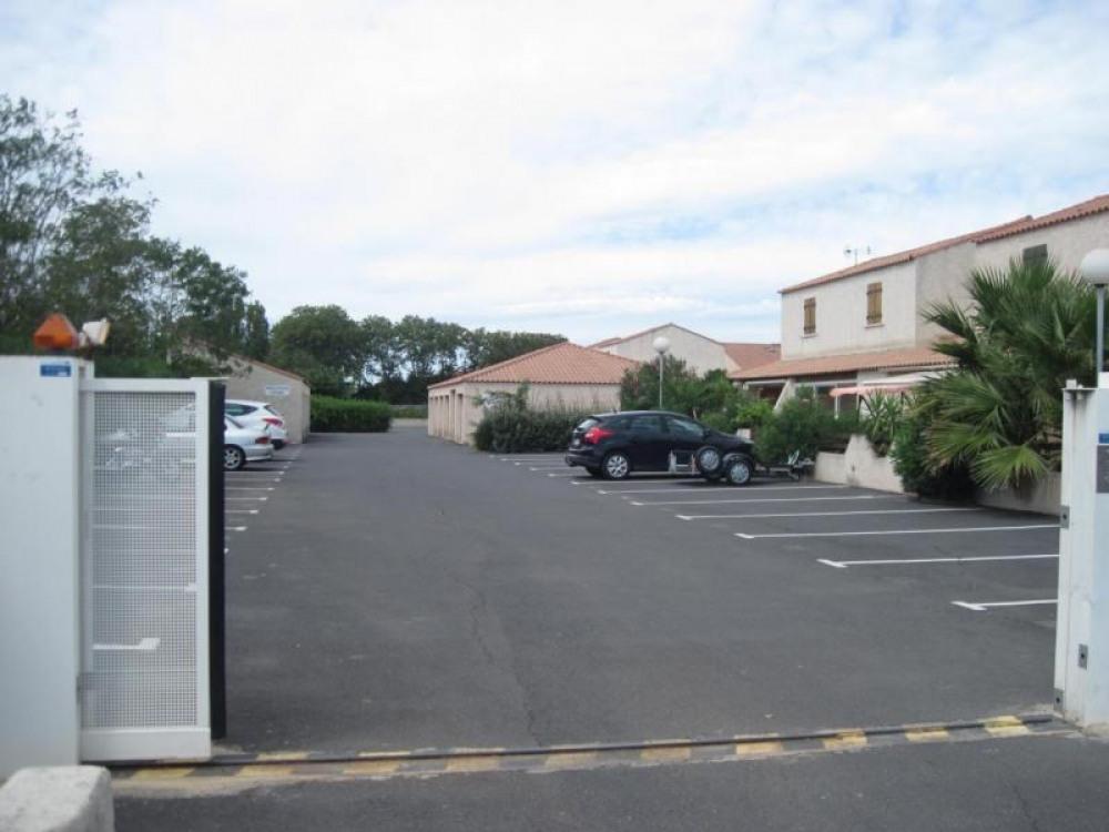 Résidence sécurisé par un portail électrique, 2 emplacements voiture