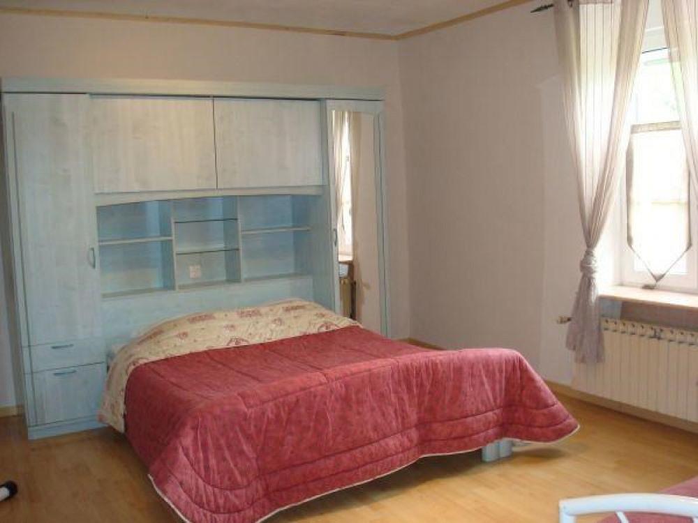 Chambre 1: lit double + 1 lit simple.