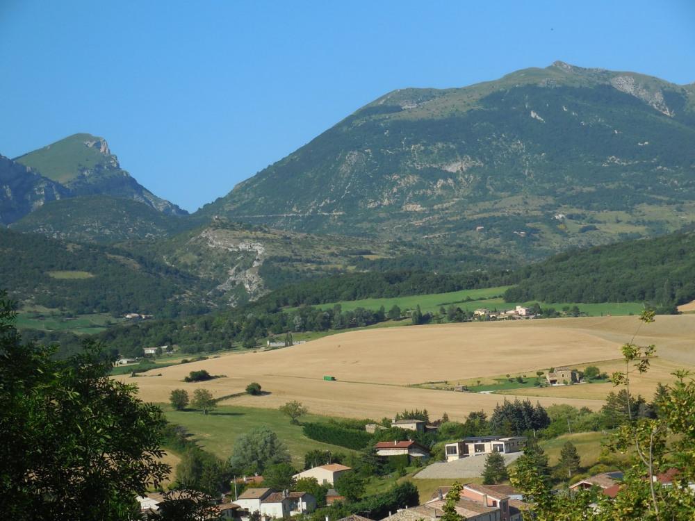 Vue  des  montagnes à partir  du village médiéval   de Bourdeau