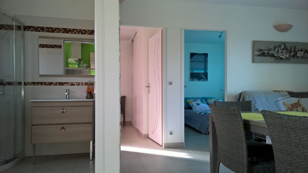 Une vue de la cuisine de la SDB  et une partie des chambres