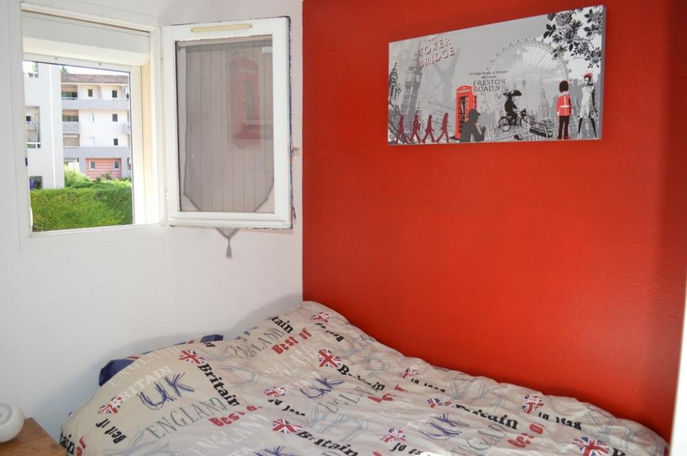 Chambre lit double avec grand placard de rangement