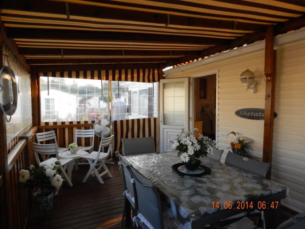 La terrasse dispose d'un joli salon, d'un meuble avec lave linge, plancha éle...