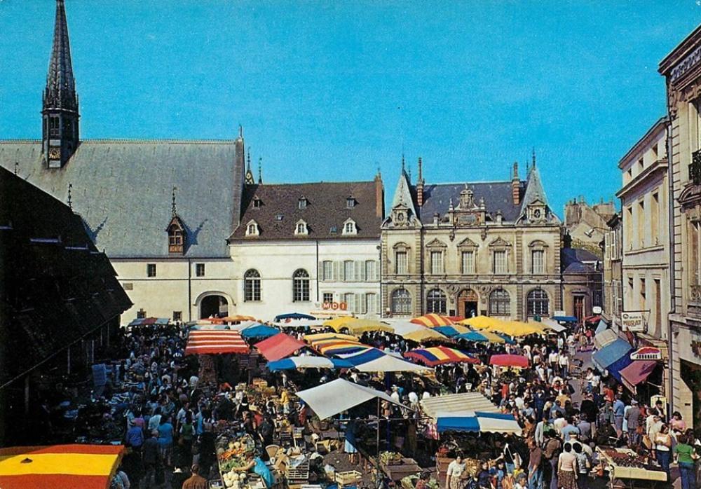 Marché de Beaune vers Hôtel Dieu