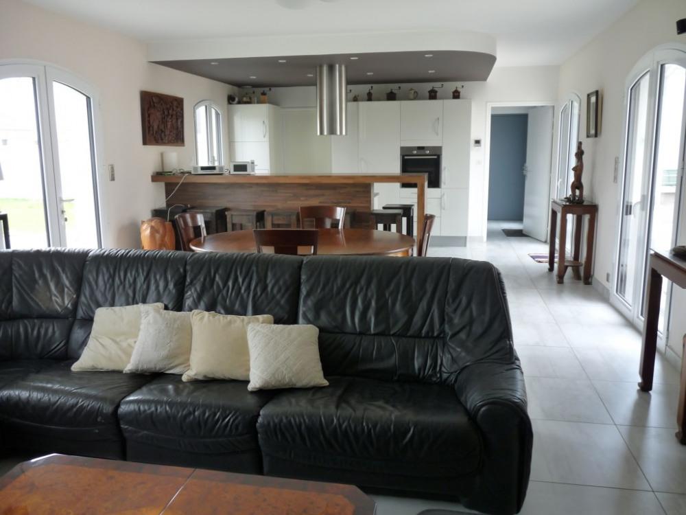 La grande pièce salon / salle à manger avec cuisine ouverte et arrière-cuisin...