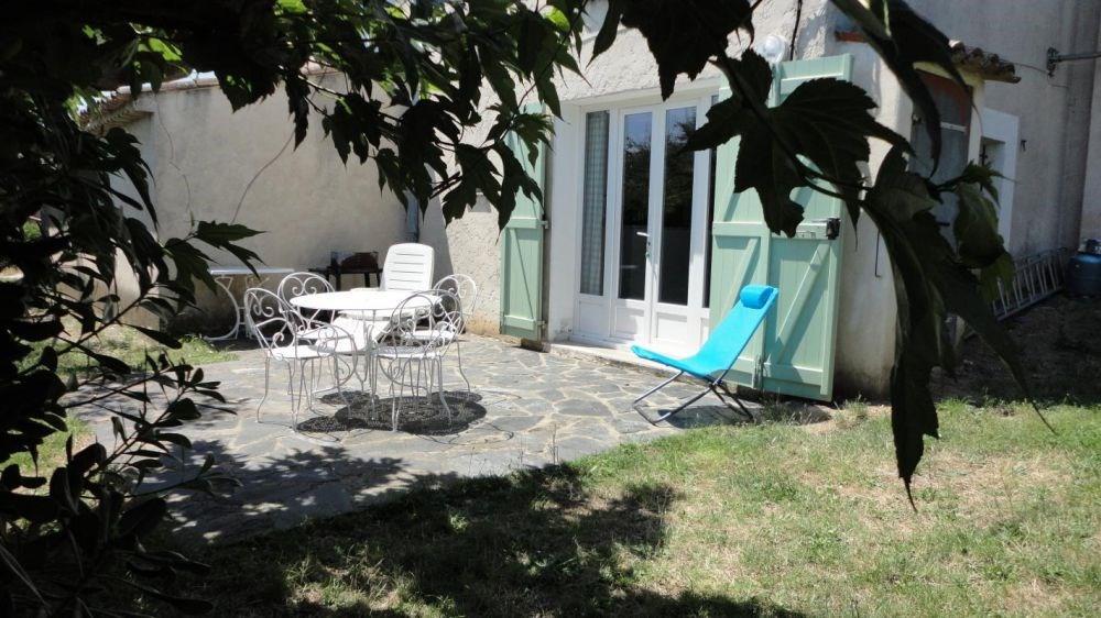 Partie de la maison du propriétaire mitoyenne à un autre gîte n° 914, terrasse, terrain, salon de jardin.