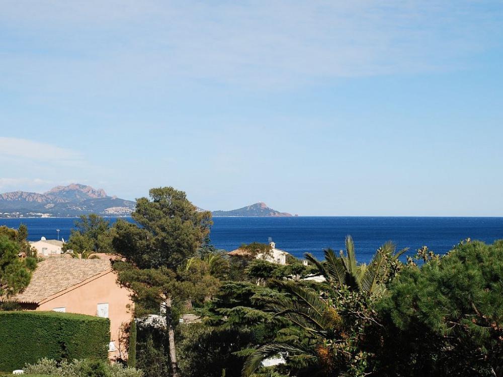 Belle vue mer depuis la villa; Saint-Raphaël et la baie d'Aguay à gauche