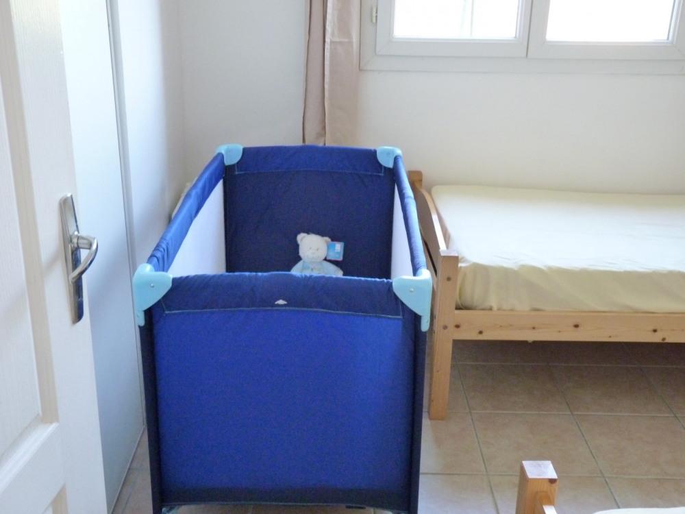 avec lit bébé parapluie