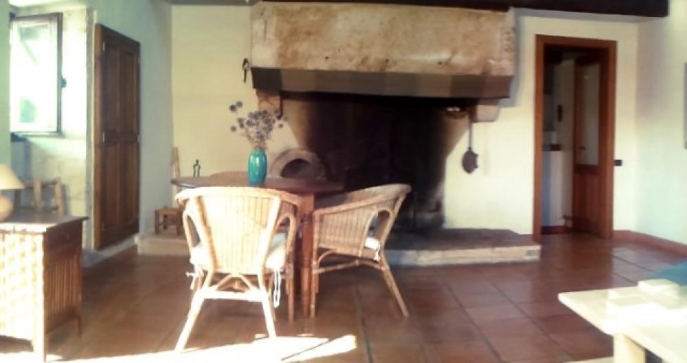 le salon et sa grande cheminée