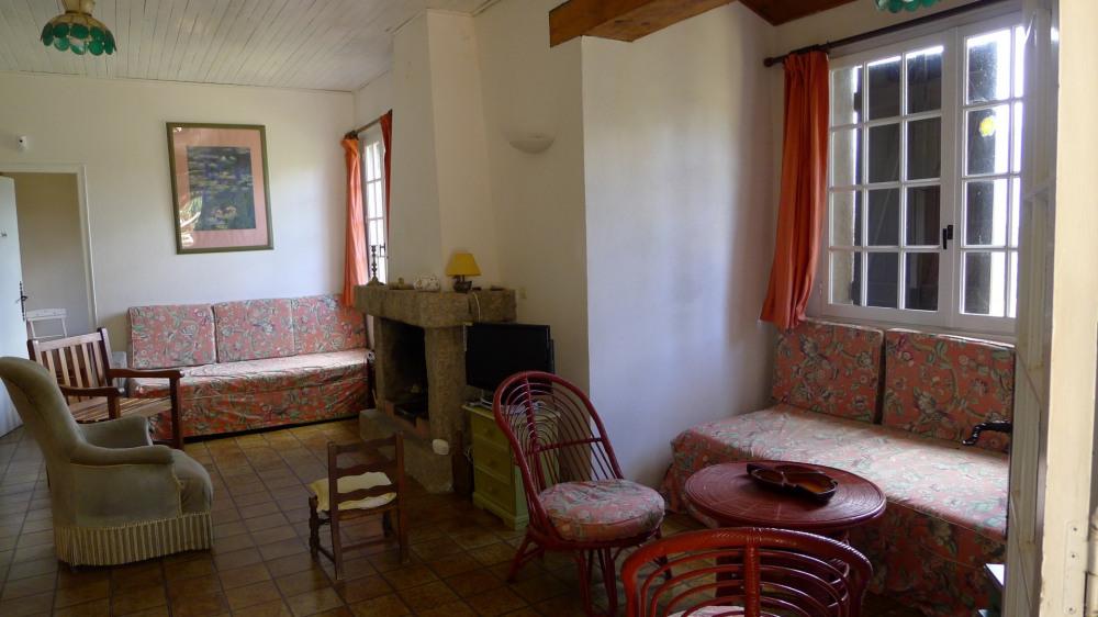 Salon avec canapés lits et climatisation