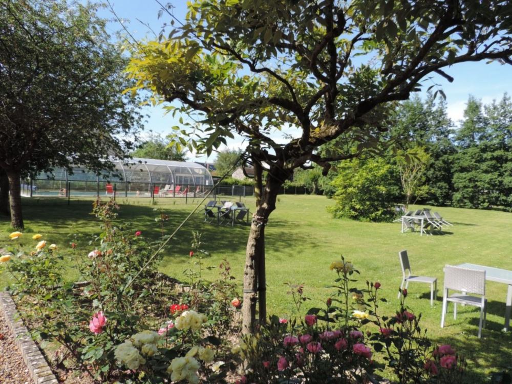 Le parc en fleurs et la piscine