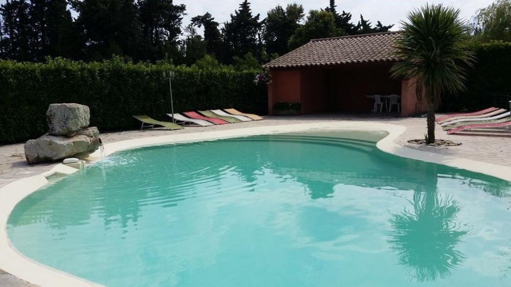 Chateaurenard: Mas Provençal restauré avec charme au calme, 1 hect arboré, piscine.