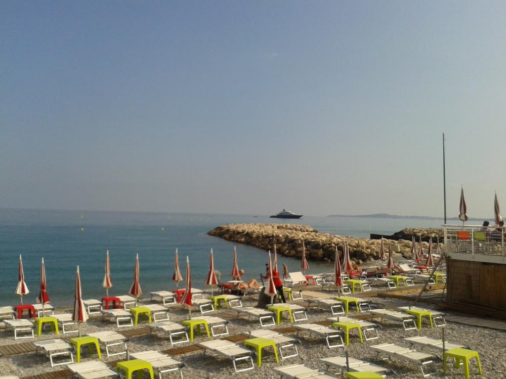 CAGNES propose en plus de ses plages publiques 5 plages aménagées.