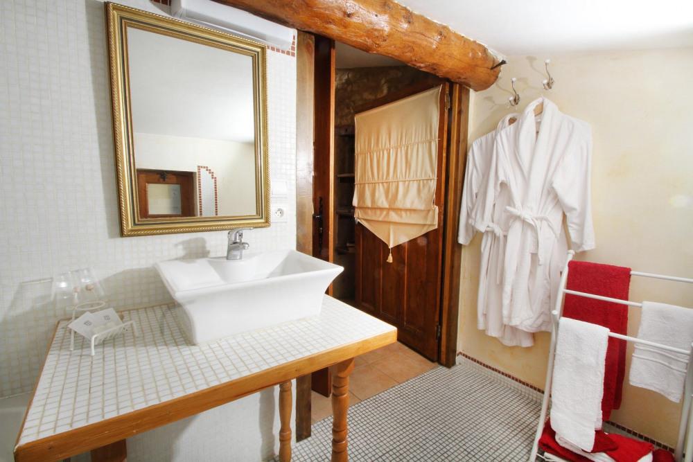 Salle de bains chambre Les trois filles, peignoirs de bains et sèche cheveux ...