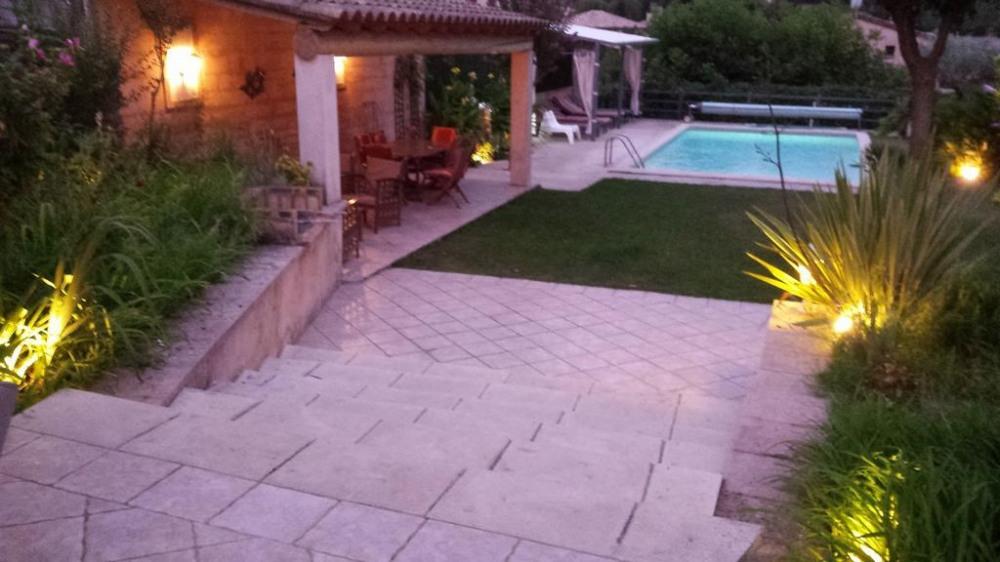 Vue sur le jardin et piscine de nuit (piscine chau