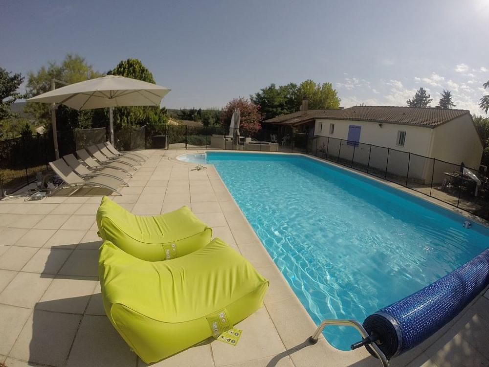 8 bains de soleil,2 fauteuils,douche solaire