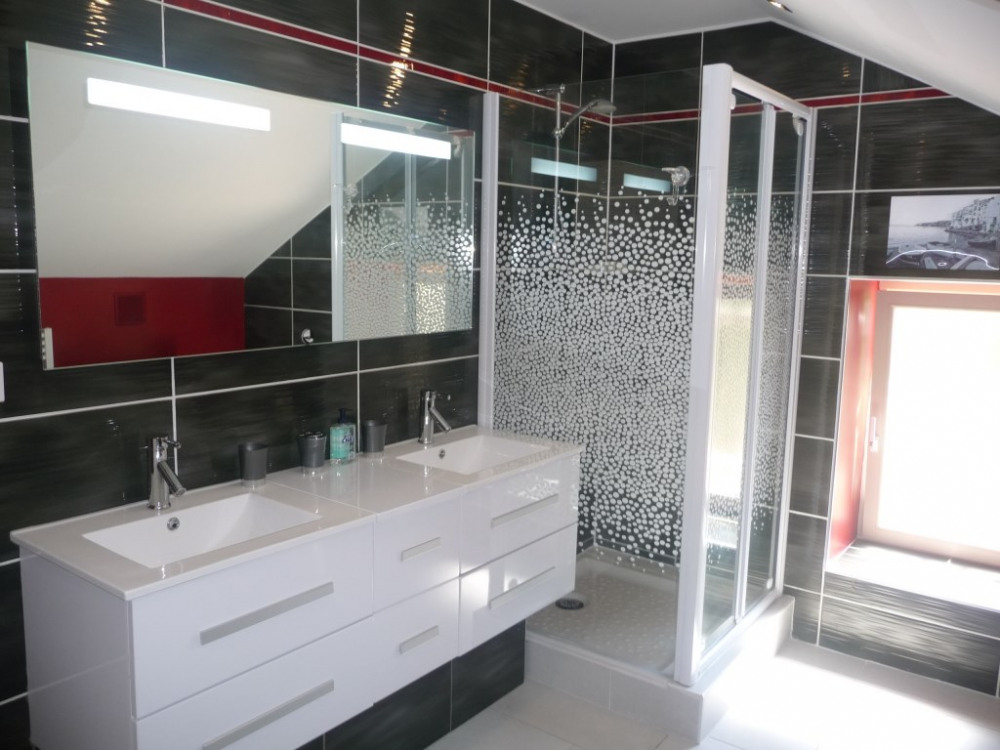 Salle de bain avec double vasque, douche, lave linge, sèche linge,placard.